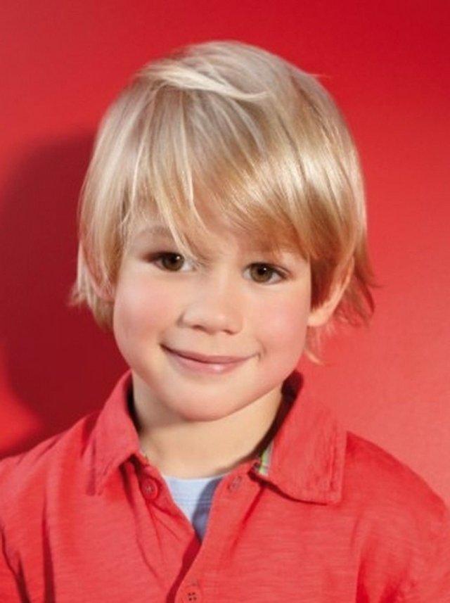 На фото: стрижка для мальчиков в форме шапочки.