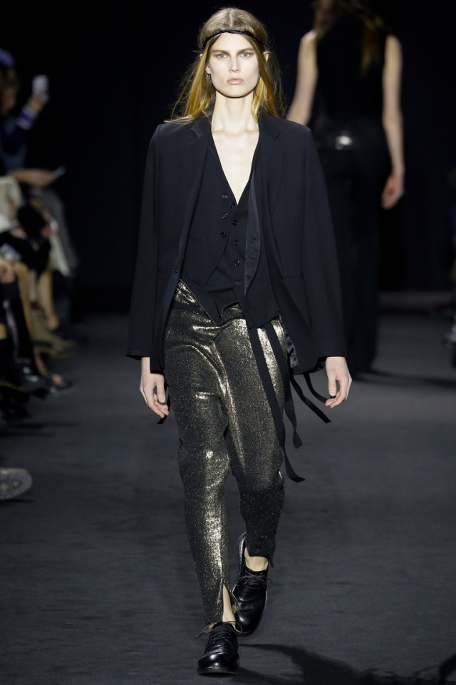 На фото: ультрамодная кожаная модель брюк в сезоне осень/зима 2016-2017 из коллекции Ann Demeulemeester.