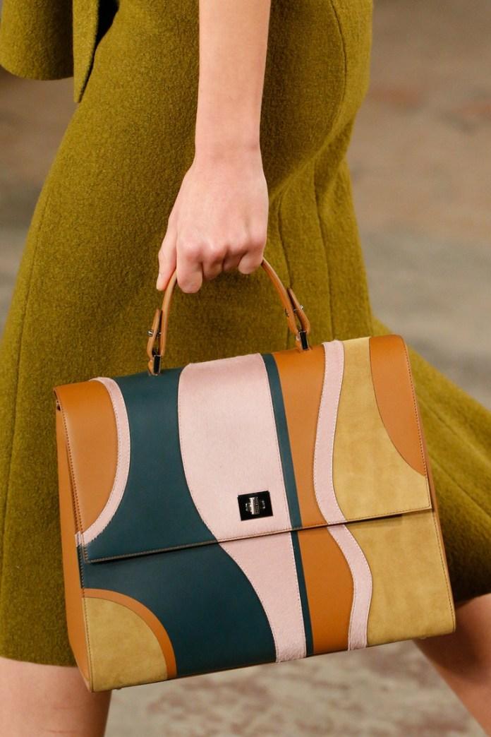 На фото: разноцветная сумка – тренд сезона осень-зима 2016-2017 из коллекции BOSS-Hugo-Boss.