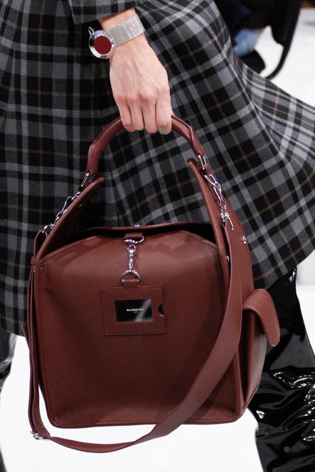 На фото: модная модель сумки осень-зима 2016-2017 из коллекции Balenciaga.
