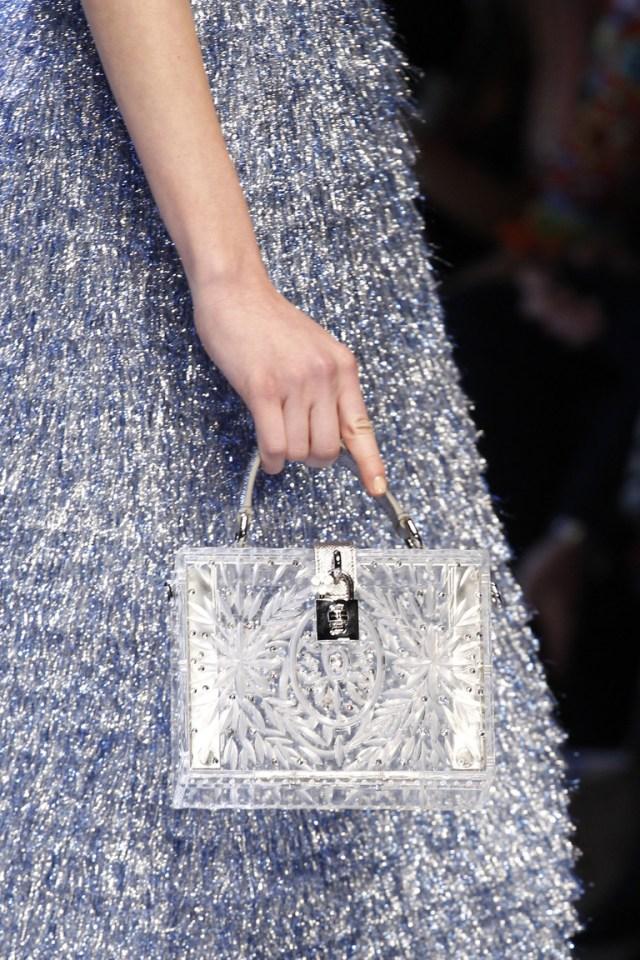 На фото: сумка выполненная в тон одежды – тренд сезона осень-зима 2016-2017 из коллекции Dolce & Gabbana.