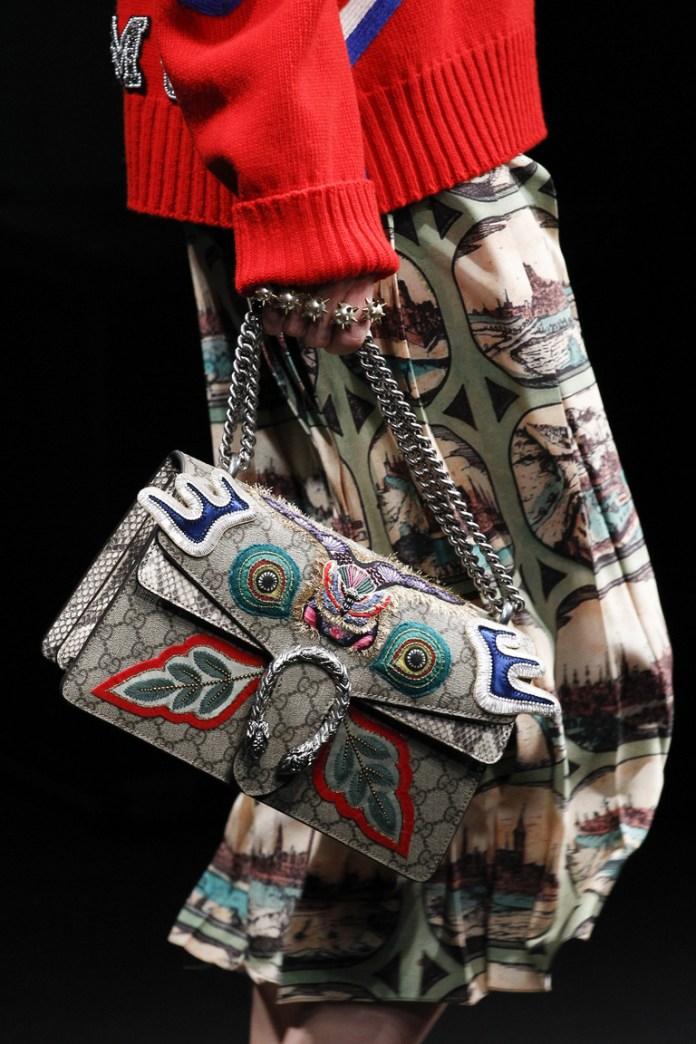 На фото: сумка выполненная в тон одежды – тренд сезона осень-зима 2016-2017 из коллекции Gucci.