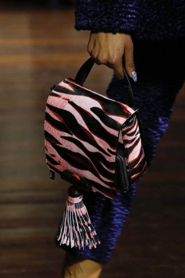 На фото: модные модели сумок осень-зима 2016-2017 из коллекции Kenzo.