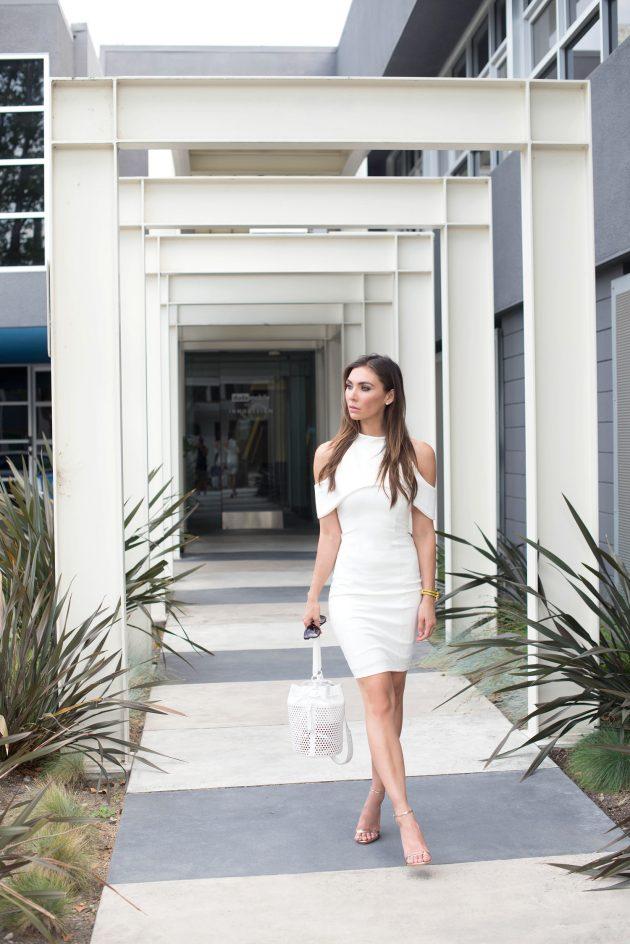 На фото: белое платье с вырезом на плечах - тренд сезона.