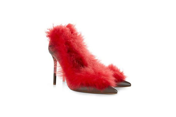 На фото: аксессуары с мехом - модные туфли на шпильке, обшитые нежным лебяжьим пухом.