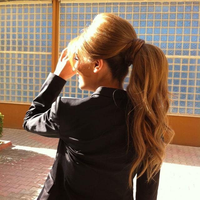 На фото: красивые прически на длинные волосы - прически Конский хвост: классика не выходит из моды.