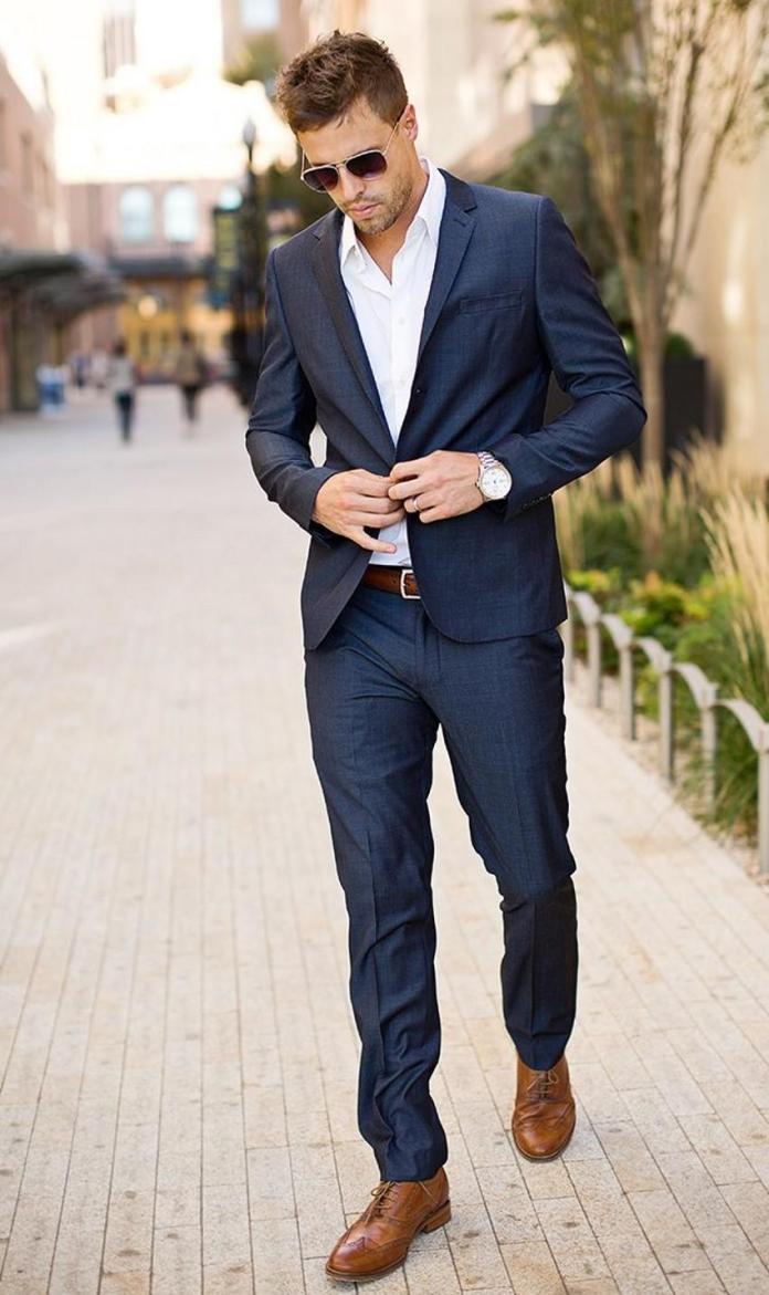 На фото: ошибки мужского гардероба - обувь подбирают под цвет ремня.