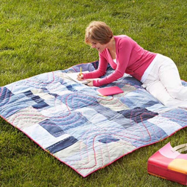 На фото: нтерьер из старых джинсов - коврик для пикника.
