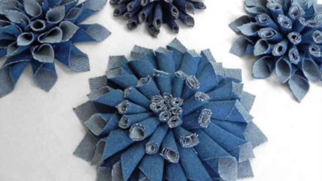 На фото: аксессуары из старых джинсов - цветы.