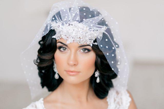 На фото: свадебная короткая причёска с фатой.