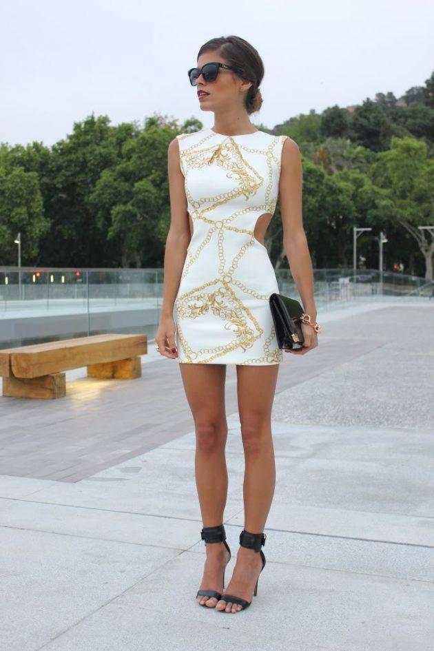 На фото: белое короткое платье с вырезом по бокам - тренд сезона.