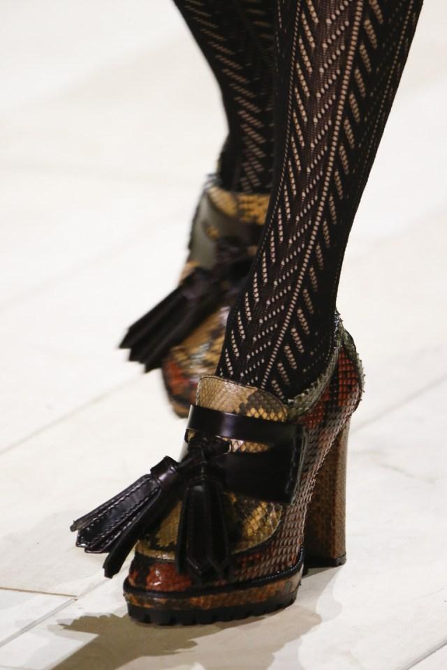 На фото: обувь осень-зима 2016-2017: ультравысокие платформы из коллекции Burberry.