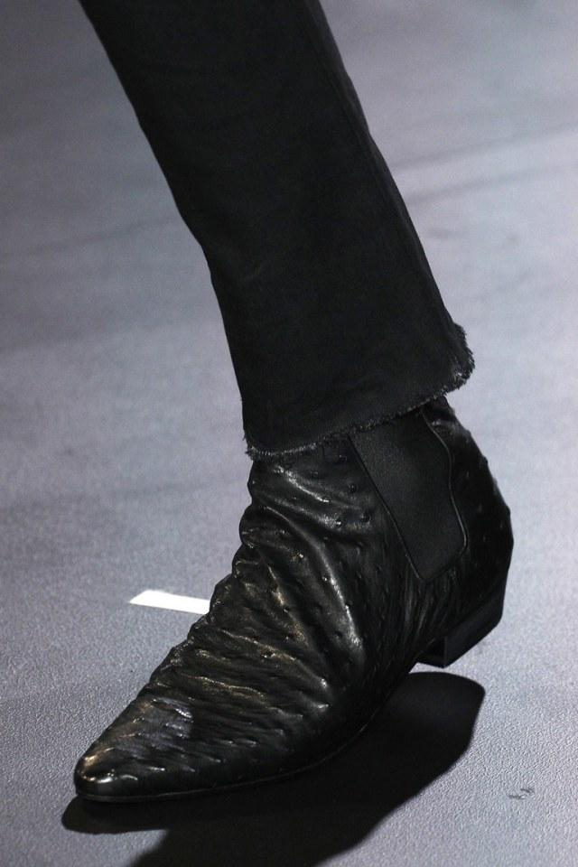 На фото: модная обувь осени 2016 и зимы 2017 из коллекции Saint-Laurent.