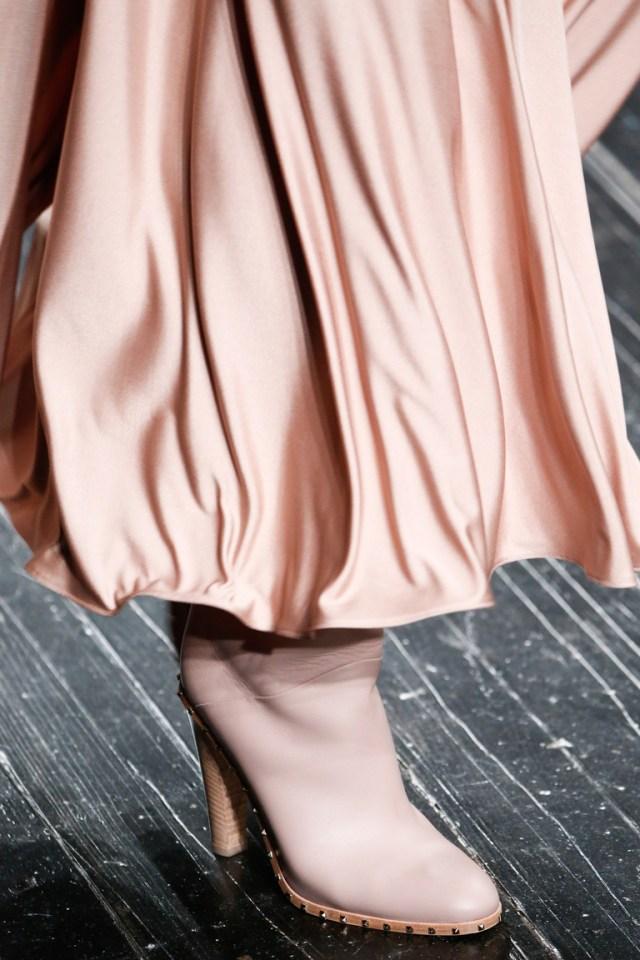 На фото: модные сапоги – тренд осени 2016 и зимы 2017 из коллекции Valentino.