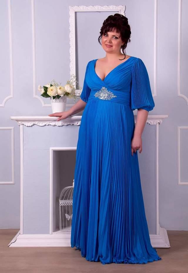 На фото: платье в греческом стиле - визуально стройнит.