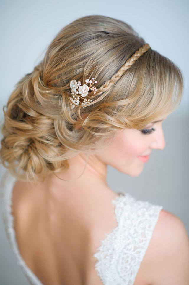 На фото: свадебная прическа с крупными локонами с заколкой и косой в виде ободка.