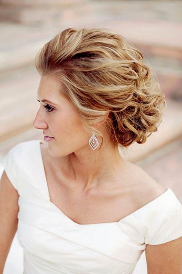 На фото: свадебная прическа с крупными локонами.