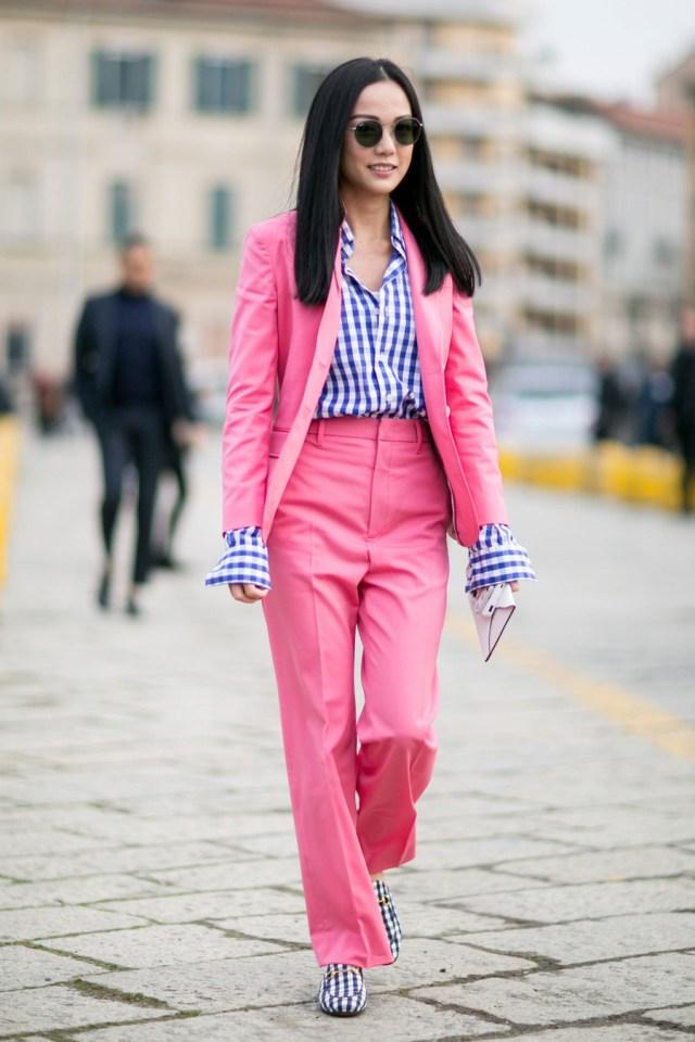 На фото: розовый брючныейкостюм уличной моды осень-зима 2016-2017.
