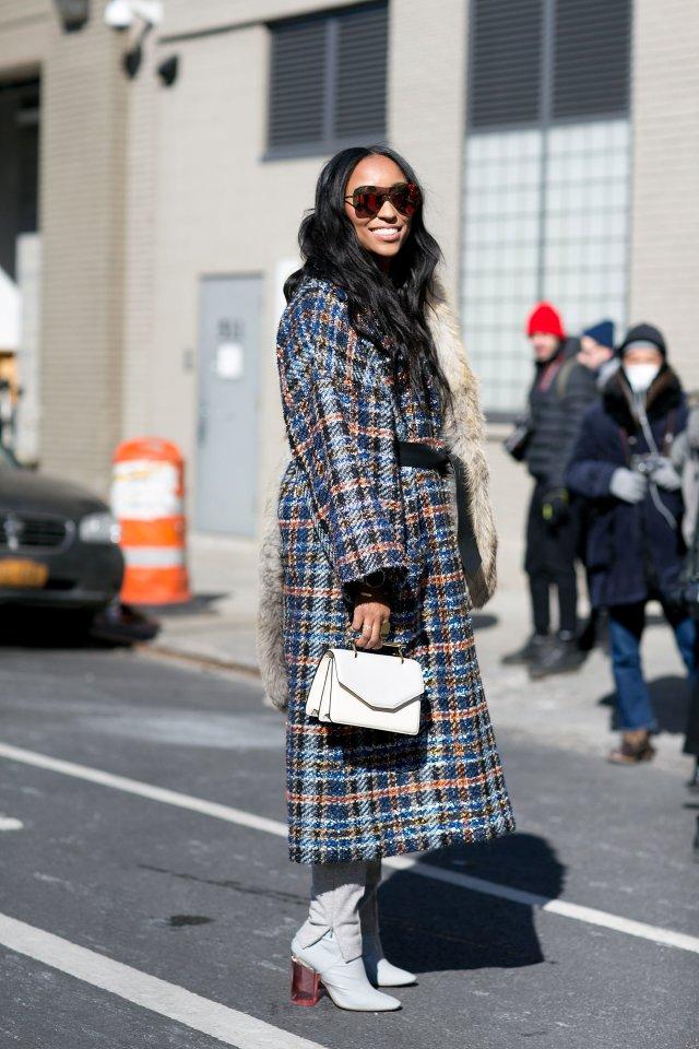 На фото: удлиненное пальто с принтом уличной моды осень-зима 2016-2017.