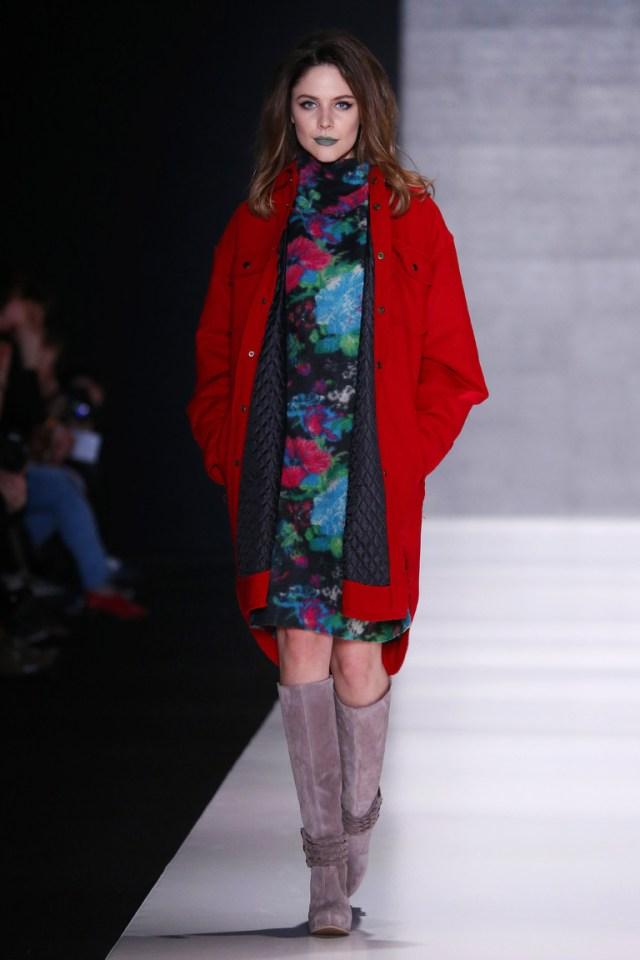 На фото: яркие новинки сезона - платье с кружевным воротником из коллекции Goga-Nikabadze.