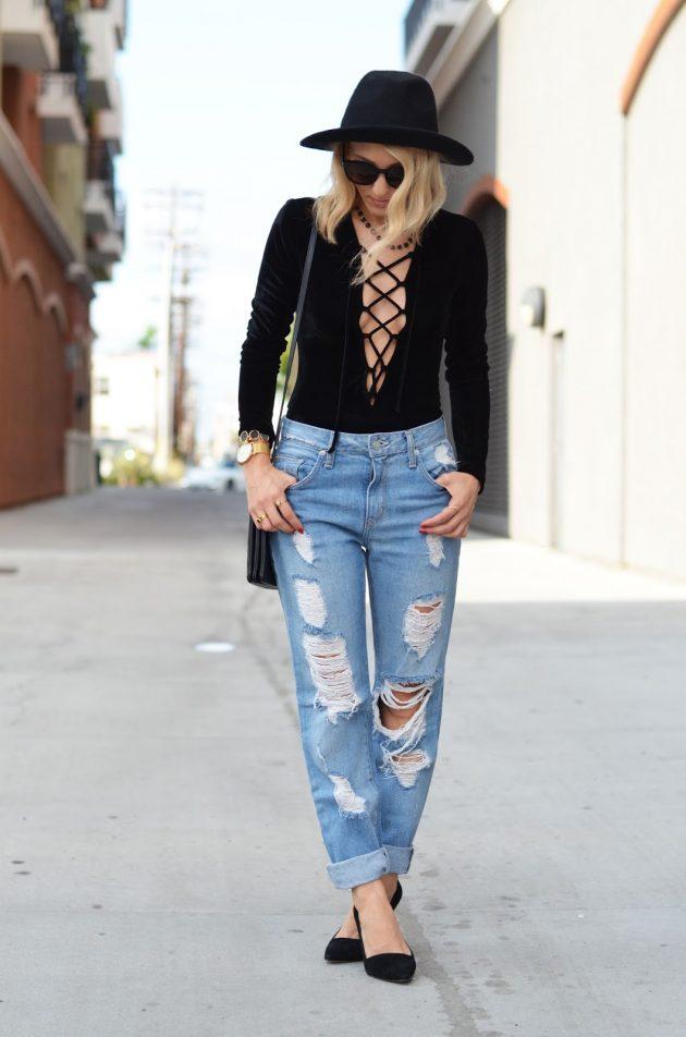 На фото: бархатные черные туфли в сочетании с рваными джинсами и черной кофточкой на шнуровке.