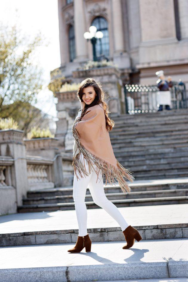 На фото:.замшевые сапоги средней длины с белыми джинсами.