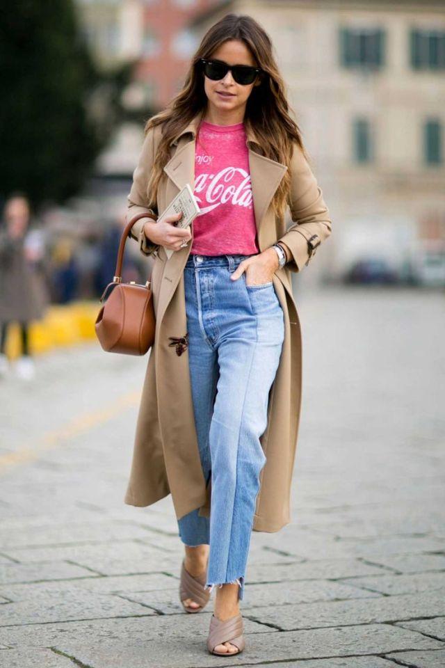 Модные прямые джинсы 2017 интересного кроя с рваными краями в сочетании с розовой футболкой и длинным бежевым плащом