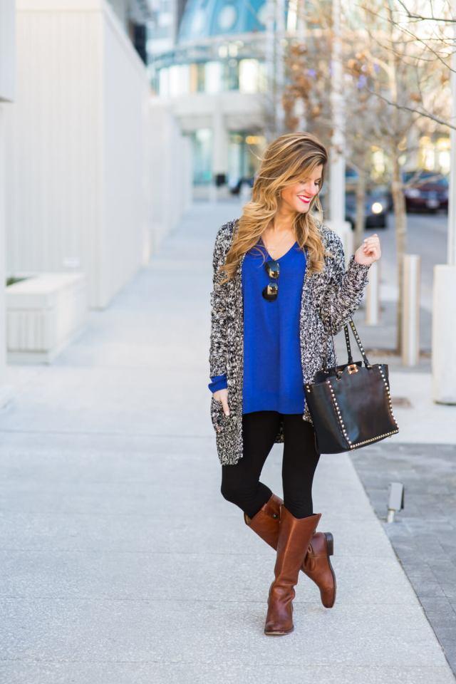 На фото: Casual стиль - вязанный кардиган,синяя блузка ,узкие джинсы, сапоги.