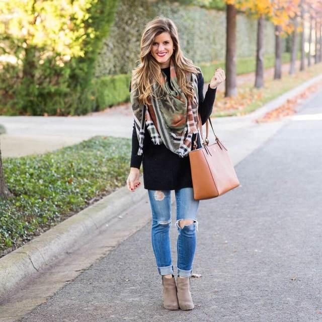 На фото: Casual стиль - вязанный кардиган,,рваные джинсы, сапоги.