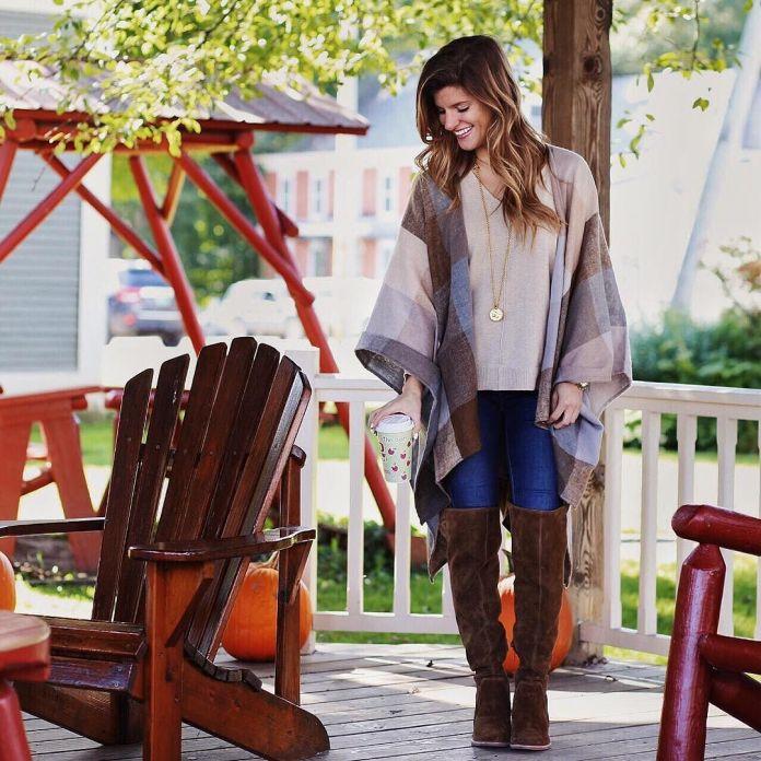 На фото: Casual стиль - белая кофта с жилетом, джинсами и высокими сапогами.