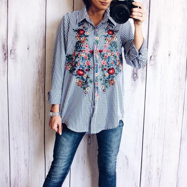 Полосатая рубаха с яркой цветочной вышивкой