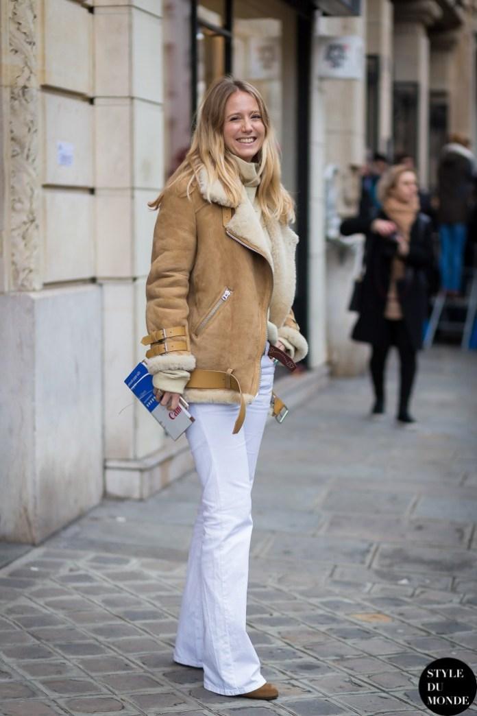Бежевая дубленка с белыми брюками клеш, и другие варианты, с чем носить куртки