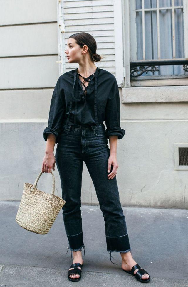 На фото: новый крутой лук на каждый день - черная блузка с черными расклешонными шитами джинсами и босоножками.непод