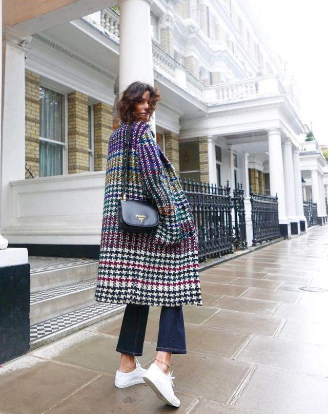 На фото: новый стильный и теплый образ - клетчатое пальто оверсайз.