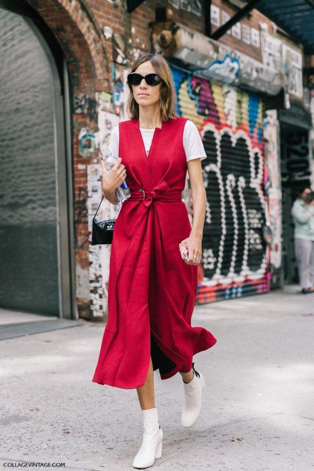 Красное платье сарафан с белой футболкой. Яркий тренд уличной моды 2017