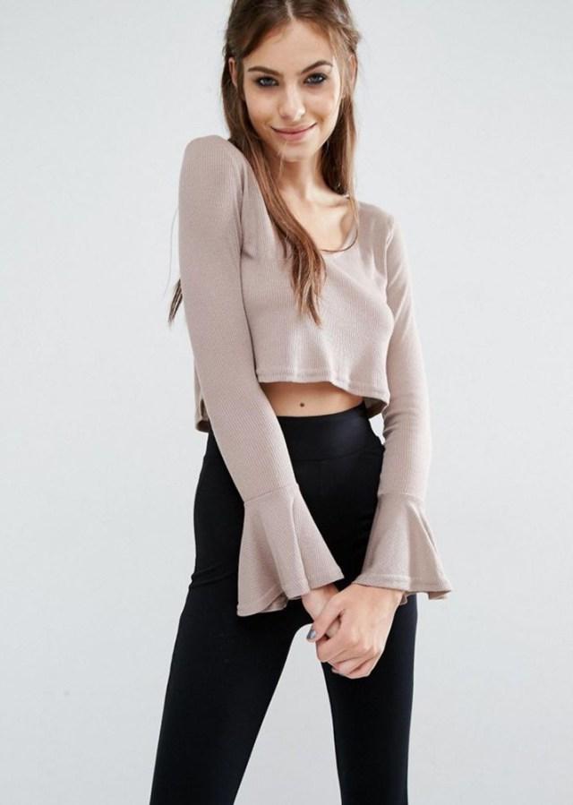 На фото: укороченная блузка с расклешёнными рукавами.