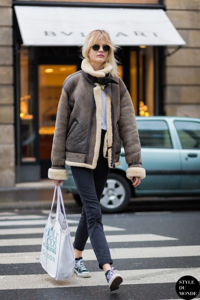 На фото: короткая модная дубленка 2017 – тренд сезона.