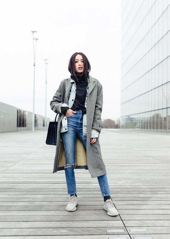 Серое пальто в сочетании с джинсами - модные вещи декабря.