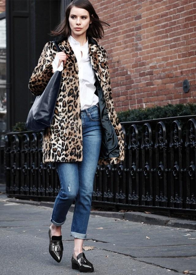 Меховое укороченное пальто с леопардовым принтом в сочетании джинсами.