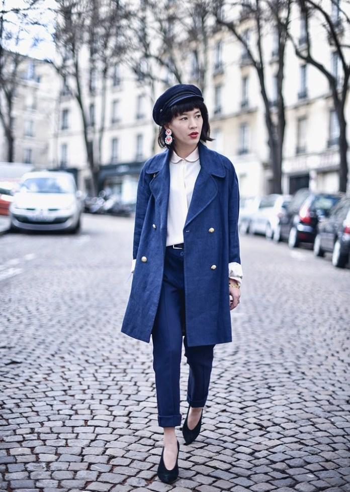 Синее пальто в сочетании с синими узкими брюками..