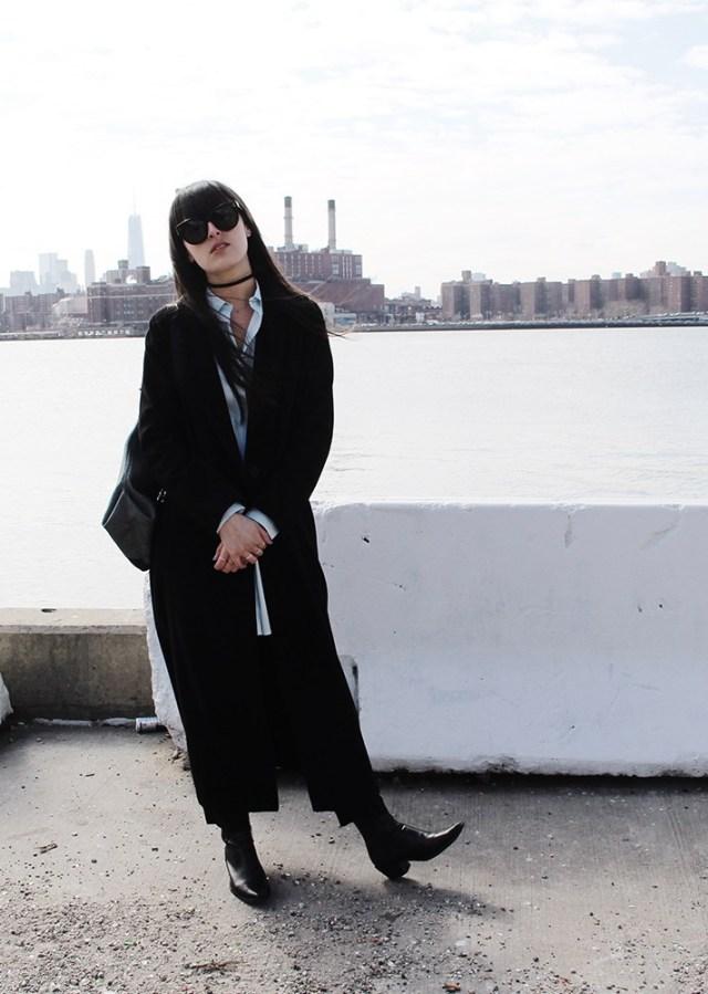 Модные вещи декабря - черное пальто в сочетании с черными  ботильонами.