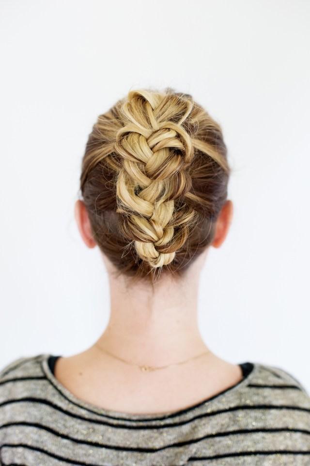 Красивая и простая прическа со средними волосами, собранными в косу