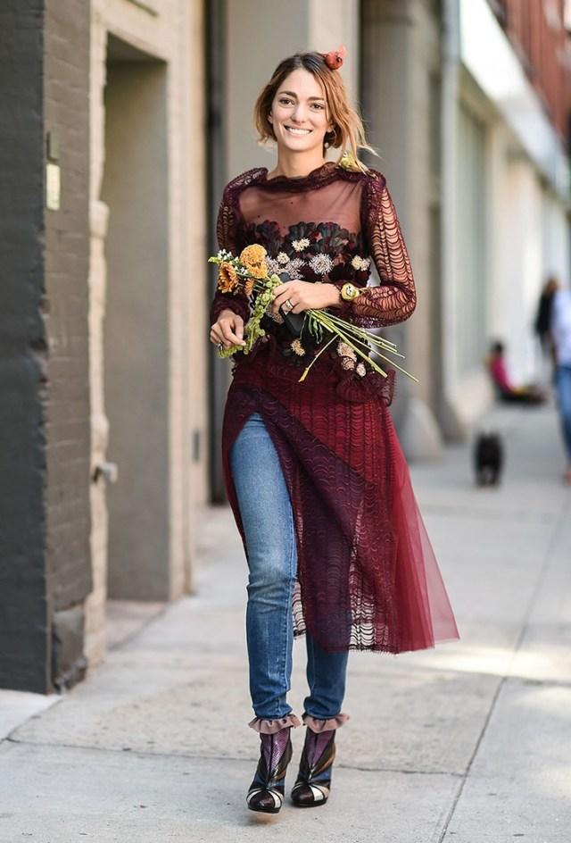 В 2017 году новый тренд - носить туники и легкие платья поверх джинсов и брюк. Неожиданный поворот!
