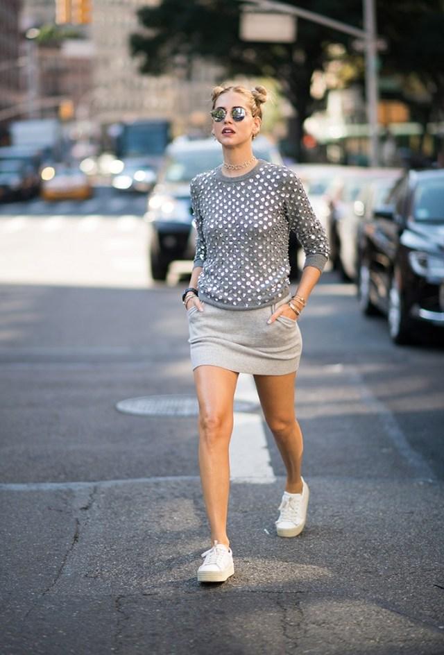 Стиль школьницы тоже в моде 2017. Милые пучки, короткие юбки с кроссовками или кедами. Помните школьные дискотеки?