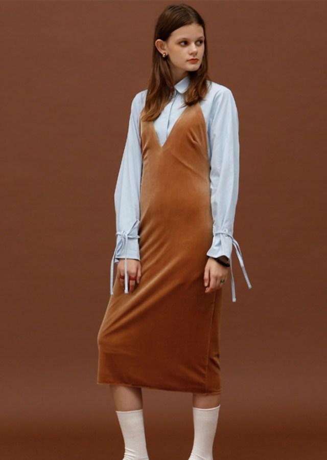 Длинное платье оттенка «гончарная глина» на понких бретельках в сочетании белой блузкой.