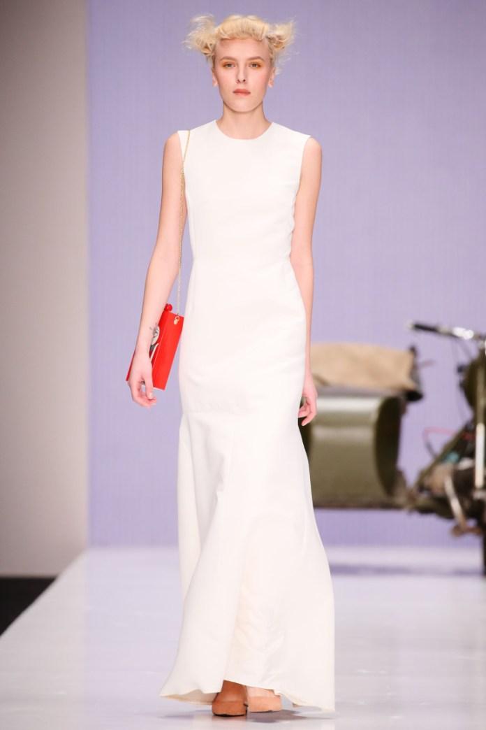 Модные белые платья 2017: элегантное белое платье длиной в пол с яркой красной сумочкой - фото обзор коллекции Alexandra-Vanushina.