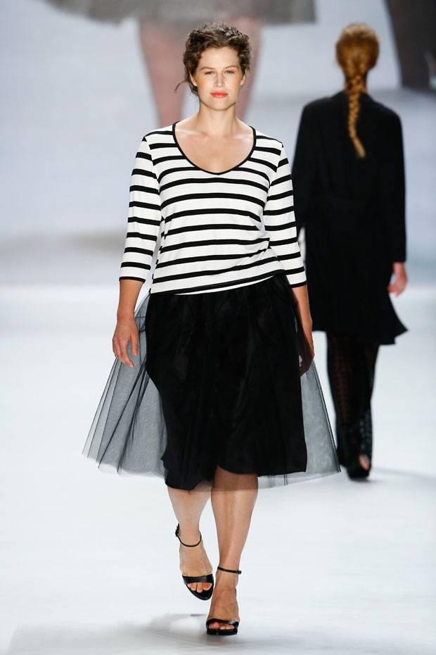 Юбки 2017 для полных: классические фасоны - юбка каркндаш черного цвета.