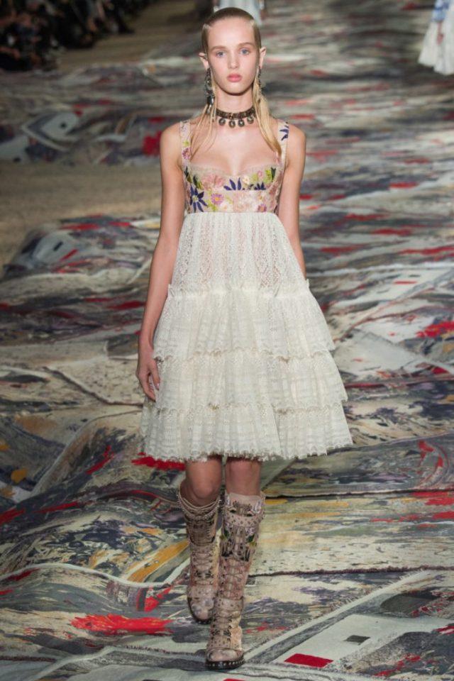 Модное блестящее коктельное платье с чашечками в районе груди - новая модель 2017 года из коллекции Alexander McQueen.