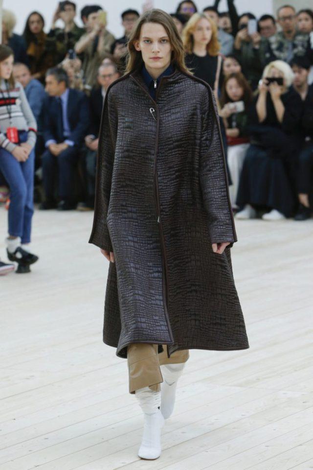 Модное пальто 2017 оверсайз черного цвета с принтом в полоску - фото обзор коллекции Céline.