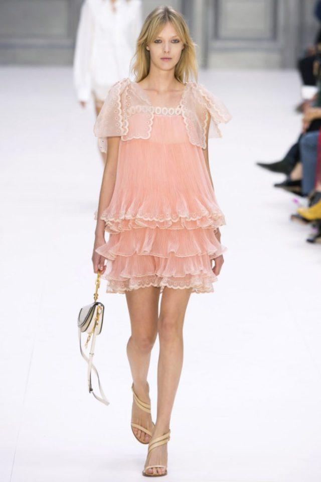 Короткое коктельное платье розового цвета с пышной юбкой - новая модель 2017 года из коллекции Chloé.